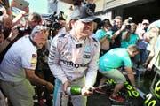 Nico Rosberg (Mitte) feiert vor der Box seines Rennstalls den Sieg am GP von Belgien. (Bild: Getty/Charles Coates)