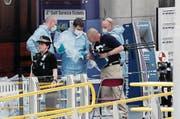 Forensiker untersuchen den Tatort vor der Manchester Arena. (Bild: Kirsty Wigglesworth/AP (Manchester, 23. Mai 2017))
