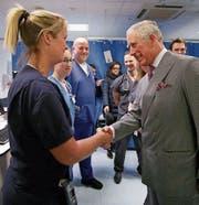 Prinz Charles besuchte gestern die Verletzten und das Personal im St.-Thomas-Krankenhaus.Bild: Yui Mok/AP (London, 24. März 2017)