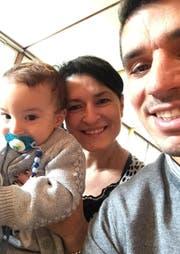 Ob das das hoffnungsvolle Talent Liam Cristian Ianu (in den Armen seiner Mutter Leyla) dereinst wie sein Vater (rechts) für den FC Luzern spielen wird? (Bild: zvg)
