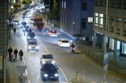 Nach Feierabend stauen sich die Autos regelmässig auf der Bärenbrücke. Die Umfahrung soll Entlastung bringen. (Archivbild Stefan Kaiser / Neue ZZ)