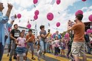 Freude herrscht, als die Ballons der Ludothek Risch-Rotkreuz dem Himmel entgegenfliegen. (Bild: Patrick Hürlimann (Risch, 19. August 2017))