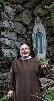 Eine von acht Kapuzinerinnen auf dem Gerlisberg: Schwester Priska (88) im Garten des Klosters St. Anna. (Bild: Nadia Schärli (Luzern, 11. April 2017))
