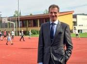 Der Luzerner Bildungsdirektor Reto Wyss auf dem Pausenplatz der Stadtschule Sempach. (Bild: PD)