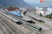 Der Bahnhof Arth-Goldau erhält ein Facelifting: Neue, höhere Perrondächer sowie ein weniger scharfer Kurvernradius auf der Zuger Seite (rechts) zählen zu den Hauptmerkmalen des Projekts. (Bild: Visualisierung SBB)