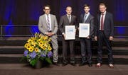 Die Preisträger Roman Bachmann aus Baar und Stefan Bernet aus Sins von der HSLU (Mitte). (Bild: Siemens Schweiz AG)