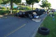 Das Auto war nach dem Unfall nur noch Schrott. (Bild: Zuger Polizei)