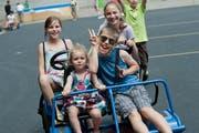 Kinder freuen sich auf den Ferienpass, hier anlässlich der Eröffnung auf dem Schulhausplatz des Säli-Schulhauses. (Bild: Pius Amrein / Neue LZ)