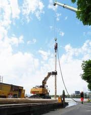 Einer der Pfähle, die die Unterwasser-Skulptur während den nächsten zehn Jahren stabilisieren müssen, wird in den Seegrund getrieben. (Bild: PD)