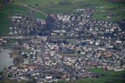 Auch der Bezirk Küssnacht soll an die Sanierung des Kantonshaushaltes beitragen. (Bild: Luftbild René Meier / luzernerzeitung.ch)
