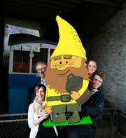Sonnenbergbahn-CEO Bruno Peter (Mitte links) mit dem Sonnenzwerg. Dazu die Buchautorinnen Janine Krummenacher (links) und Jennifer Miller sowie Illustrator Jonas Brühwiler. (Bild: PD / Benedikt Anderes)