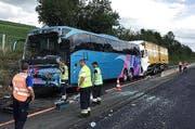 Dieser Reisecar und ein Lastwagen waren unter anderem in den Unfall involviert. (Bild: Roger Grütter / Neue LZ)
