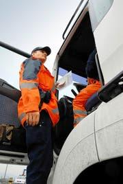 Die Nidwaldner Kantonspolizei kontrolliert einen Lastwagen. (Archivbild Corinne Glanzmann)