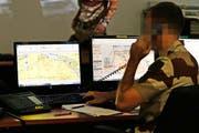 Kontrollzentrum einer französischen Militärbasis mit unbekanntem Standort, die Operationen gegen den IS überwacht. (Bild: Keystone)