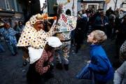Greth Schell zieht mit den Lölis durch die Zuger Altstadt und verteilt Kindern Orangen und Brötchen. (Bild: Stefan Kaiser / ZZ (Zug, 27. Februar 2017))