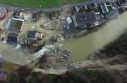 Der Felssturz blockiert die Kleine Emme in Wolhusen. Das nahestehende Industrieareal wird überschwemmt. (Bild: ZSO Emme (Archiv))