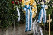 «Danke Friedel, Dein Meisterteam» und «Ein letzter Gruss, FC Schalke 04» steht auf den blau-weissen Schleifen des Trauerflors. (Bild: Nadia Schärli (Horw, 27. November 2017))