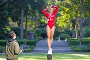 Giulia Steingruber ist das Aushängeschild der Europameisterschaft in Bern. Hier posiert sie im Berner Rosengarten für eine Werbekampagne. (Bild: Keystone/Peter Klaunzer)