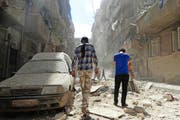 Syrer untersuchen die Trümmer nach einem Luftangriff auf die von Rebellen gehaltene Ortschaft Kalasa in Aleppo. (Bild: EPA / Zouhir al Shimale)