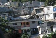 Aufnahme zerstörter Gebäude einer der Hilfsorganisationen vor Ort. (Bild Helvetas/Bernard Zaugg)