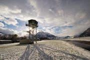 Der neue Tower auf dem Flugplatz Buochs. Im Hintergrund sein fast 50-jähriger Vorgänger. (Bild: Keystone/Sigi Tischler)