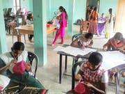 Tamilische Schneiderinnen erlernen ihr Handwerk im Rahmen eines früheren Projekts der Stiftung Tamils Aid. (Bilder Corinne Glanzmann/PD)