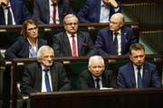 epa06385124 Members of the ruling Law and Justice Party (L-R) Ryszard Terlecki, Jaroslaw Kaczynski and Mariusz Blaszczak listen to the speech a new Polish Prime Minister Mateusz Morawiecki during the Polish Sejm's plenary session in Warsaw, Poland, 12 December 2017. The Sejm is to vote on Morawiecki's cabinet. EPA/Tomasz Gzell POLAND OUT (Bild: Tomasz Gzell (EPA/PAP) / Keystone (10.1.2018))