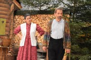 Daniela Kaufmann und Xaver Arnold als Geschwister Amacher im Stück «D Junggselle-Stüür». Bild: Yvonne Imbach (Schlierbach, 17. November 2016)