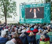 Auch die Live-Übertragung auf dem Inseli war gut besucht: Auf der Leinwand dirigiert Riccardo Chailly das Eröffnungskonzert. (Bild: Lucerne Festival/Patrick Hürlimann)