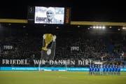 Fans und Spieler nahmen am Samstagabend kurz vor 19 Uhr vor dem Anpfiff des Heimspiels gegen den FC Basel Abschied von Friedel Rausch. (Bild: Philipp Schmidli (Luzern, 25. November 2017))