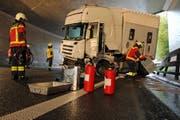 Die Feuerwehr sicherte den Lastwagen... (Bild: Freiwillige Feuerwehr Zug)