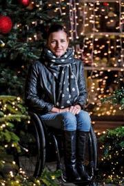 Manuela Schär beim Besuch des Weihnachtsmarktes auf dem Luzerner Franziskanerplatz. Der Lichterglanz und die stimmungsvolle Musik gefallen ihr. (Bild Roger Grütter)
