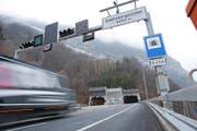 Vor der südlichen Einfahrt in den Seelisbergtunnel. (Bild: Philipp Schmidli)