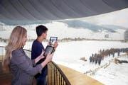 Zwei Besucher testen die neue Tablet-App – und ihr eigenes Wissen. (Bild: PD)