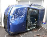 Das Auto blieb nach dem Sturzt auf der Seite liegen. (Bild: Luzerner Polizei)