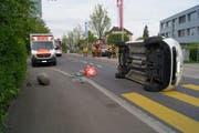Die Unfallstelle auf der Blickensdorferstrasse in Steinhausen. (Bild: Zuger Polizei)