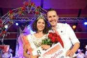 Die glückliche Rosenkönigin Silvia Hediger mit OK-Präsident Markus Wolfisberg. (Bild: pd / tilllate.com)
