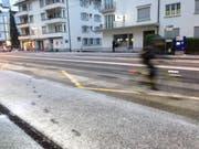 Leichte Schneedecke auf den Strassen in Luzern. Im Bild: Das gezuckerte Trottoir bei der Bushaltestelle Maihofmatte-Rotsee in Luzern am Montagmorgen gegen 6.20 Uhr. (Bild: nop)