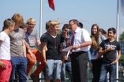 Gesundheitsdirektor Urs Hürlimann übergibt den erfolgreichen Schulklassen die Preise. (Bild: PD/Matthias Meyer)