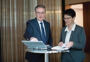 Finanzdirektorin Maya Büchi und Finanzverwalter Daniel Odermatt präsentierten gestern die Staatsrechnung des Kantons. (Bild: Corinne Glanzmann (Sarnen, 28. März 2018))