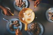 Freunde beim Fondue-Essen (Bild: Kristina Kruzicovâ)