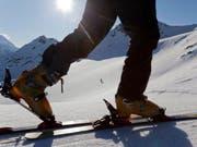 Ein Skitourengänger steigt dem Gipfel entgegen (Archiv) (Archivbild: KEYSTONE/ARNO BALZARINI)