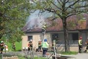 Der brennende Stall mit integrierter Metzgerei am Sonnenberg in Arth. (Bild: Kapo Schwyz)