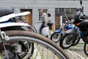 Parkplätze für Motorräder und Velos am Mühleplatz in der Stadt Luzern. (Bild: Pius Amrein)