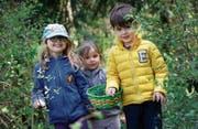 Elena, Oona-Lu und Maurice (von links) von der Kinderkrippe Chriesimatt freuen sich auf den Osterhasen. (Bild: Stefan Kaiser (Baar, 13. April 2017))