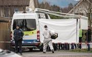 Eine Polizistin und ein Kriminaltechniker vor dem Wohnhaus im aargauischen Rupperswil: Nach einem Brand wurden in dem Haus vier Leichen entdeckt; sie alle sind Opfer eines brutalen Gewaltverbrechens geworden. (Bild: Patrick B. Krämer/Keystone (Rupperswil, 21. Dezember 2015))