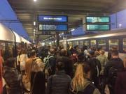 Gestrandete Passagiere in Zug. (Bild: Stefanie Nopper/LZ)