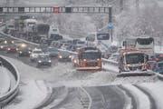Vor dem Gotthard staute sich am Samstag der Osterreiseverkehr wegen des Schnee und den deswegen notwendigen Räumungsarbeiten vor dem Tunnel bei Erstfeld zwischen Göschenen und der Raststätte Erstfeld. (Bild: Urs Flüeler/Keystone (Erstfeld, 31. März 2018))