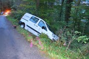 Das Unfallauto lag in einem Graben in Alpnach. (Bild: Obwaldner Polizei (17.10.2016))