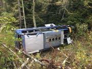 Weil der Chauffeur von einem Unwohlsein befallen wurde, ist am Nufenenpass im Oberwallis ein Car verunfallt. (Bild: Kantonspolizei Wallis)